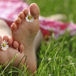 foot_feet_grass_girl